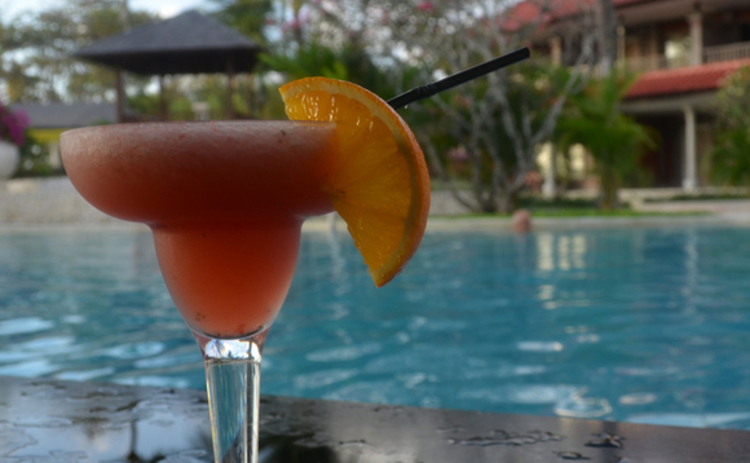 holiday-pool-cocktail